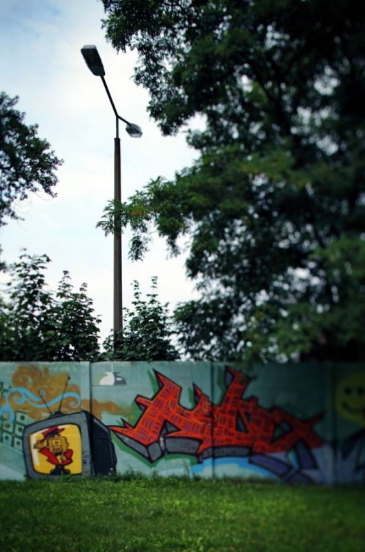 Lamps-and-concrete-wall-Puschkin-Allee-Km-27-Treptow